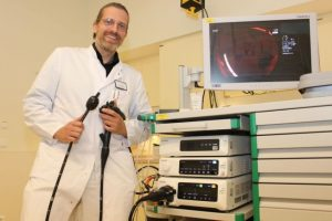 Dr. Oliver Möschler aus dem Marienhospital Osnabrück präsentiert ein neues System, das Polypen bei der Darmspiegelung dank künstlicher Intelligenz äußerst präzise aufspürt