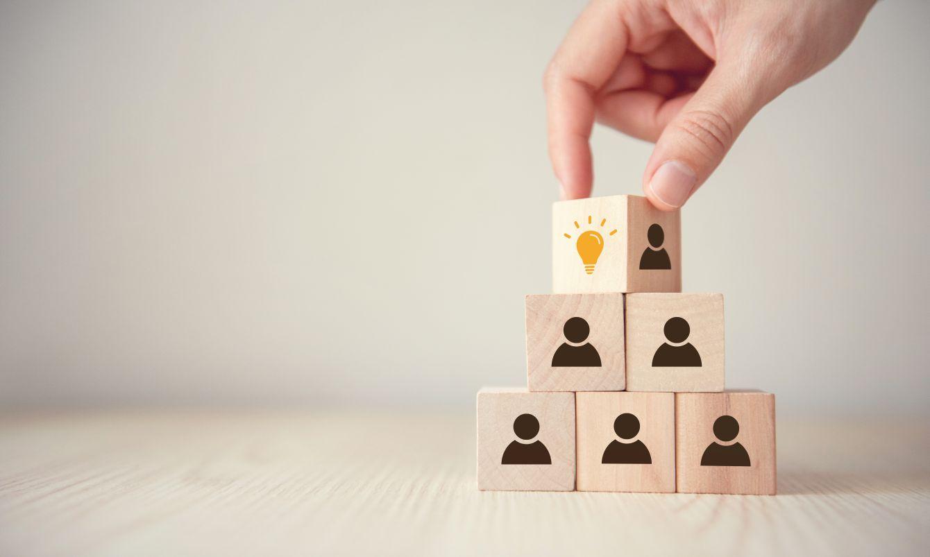 Holzwürfelpyramide mit Personen