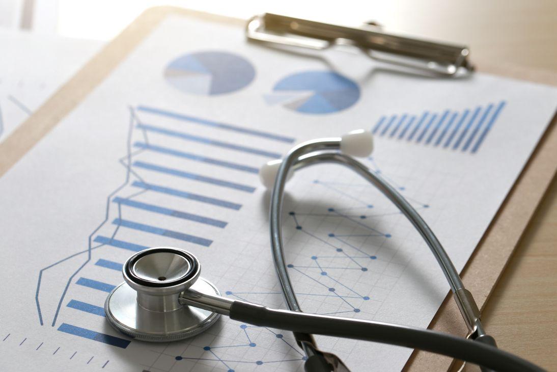 Datenblatt und Stethoskop