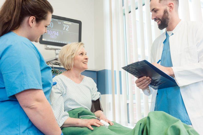 Arzt und Patientin im Krankenhaus